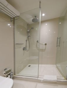 superior room twin beds city view bath 2