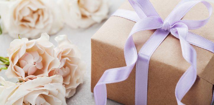 vintageroseflowersandgiftboxwithribbononlight