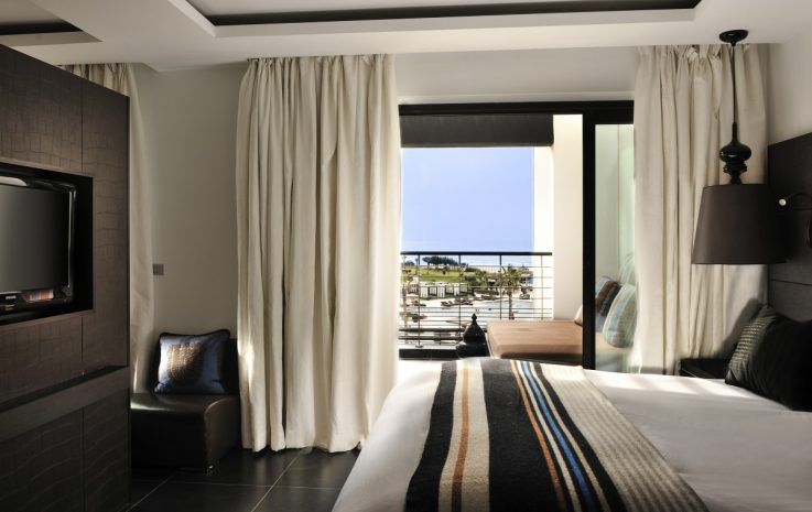 junior-suite-1-king-size-bed-ocean-and-pool-view