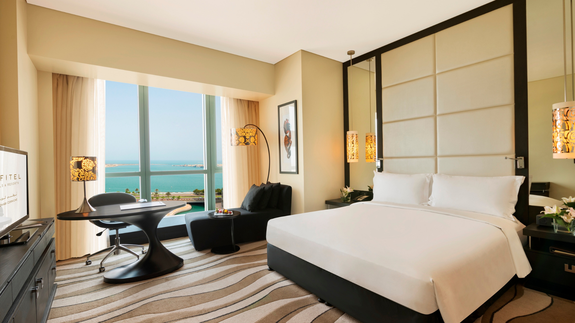 luxury-room-club-sofitel-1-king-size-bed-sea-view