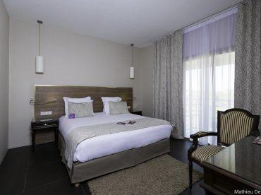 la-suite-avec-lit-double-sofa-et-baignoire-spa